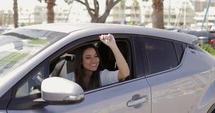 Donna allegra che ondeggia dall'automobile video d archivio