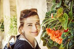 Donna allegra che posa con i fiori, Telc, filtro giallo Fotografia Stock