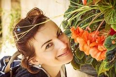 Donna allegra che posa con i fiori, Telc, filtro giallo Fotografia Stock Libera da Diritti