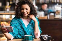 Donna allegra che prende foto se stessa sul telefono Immagine Stock Libera da Diritti