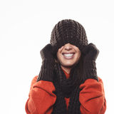 Donna allegra che si nasconde sotto un cappello di inverno Fotografia Stock Libera da Diritti