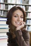 Donna allegra che si siede con i libri Fotografie Stock