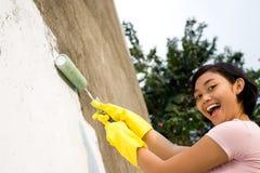 Donna allegra che vernicia parete esterna Fotografia Stock Libera da Diritti