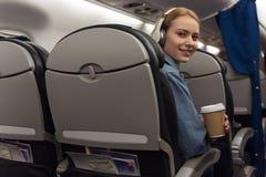 Donna allegra che viaggia in aereo Fotografia Stock Libera da Diritti