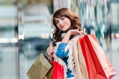 Donna allegra con i sacchetti della spesa Fotografia Stock Libera da Diritti