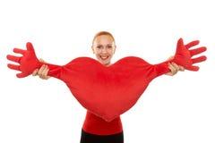 Donna allegra con il cuore della peluche Fotografie Stock Libere da Diritti
