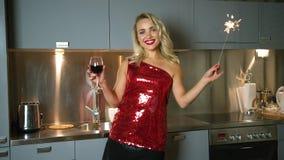 Donna allegra con vino e la stella filante stock footage