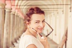 Donna allegra in corridoio medievale, Telc, filtro rosso Immagine Stock Libera da Diritti