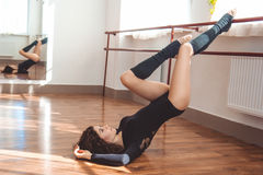 Donna allegra del ballerino che fa allungamento Fotografia Stock