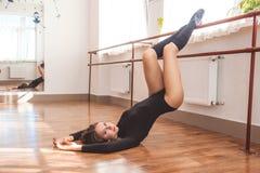 Donna allegra del ballerino che fa allungamento Immagine Stock Libera da Diritti