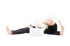 Donna allegra dell'ufficio con il computer portatile che fa posa di yoga su backg bianco Fotografie Stock