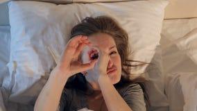 Donna allegra e felice che scompiglia nel letto Primo piano 4K video d archivio