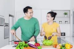 Donna allegra ed uomo che cucinano insieme Immagine Stock Libera da Diritti