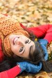 Donna allegra felice sul parco di autunno Immagini Stock Libere da Diritti