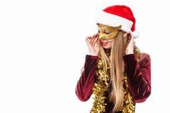 Donna allegra nel cappello di Santa e nella maschera sul suo fronte, celebrità di carnevale fotografia stock
