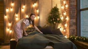 Donna allegra in pigiama che fa letto nella mattina stock footage