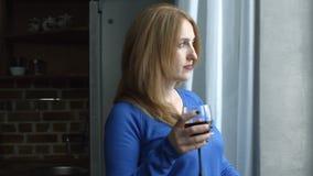 Donna allegra rilassata che assaggia wne rosso a casa stock footage