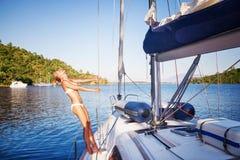 Donna allegra sulla barca a vela Fotografia Stock Libera da Diritti