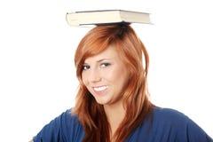 Donna (allievo) con il libro sulla sua testa Fotografia Stock Libera da Diritti