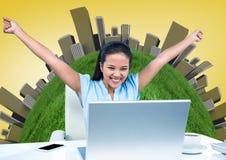 Donna allo scrittorio con le mani in aria contro il globo con le costruzioni ed il fondo giallo Fotografia Stock Libera da Diritti