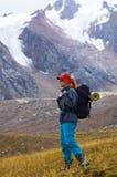 Donna in alta montagna Fotografia Stock Libera da Diritti