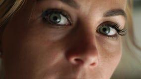 Donna alta vicina del fronte che guarda alla macchina fotografica Donna triste del ritratto Fronte, occhi, cigli e eyesbrows femm stock footage