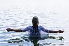 Donna alzata delle braccia Fotografia Stock Libera da Diritti
