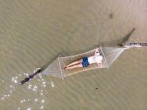 Donna in amaca che si rilassa sulla spiaggia, Koh Kood Thailand immagine stock