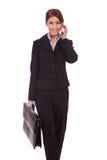 Donna ambulante di affari sul telefono Fotografia Stock