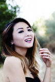 Donna americana asiatica all'aperto nel sorridere nudo del vestito dalla spalla Immagine Stock Libera da Diritti
