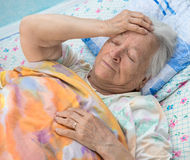Donna ammalata anziana Fotografie Stock