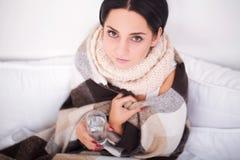 Donna ammalata con il termometro flu Freddo catturato donna fotografia stock libera da diritti