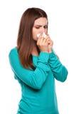Donna ammalata flu Freddo catturato donna Starnutendo nel tessuto Emicrania virus medicine fotografie stock libere da diritti