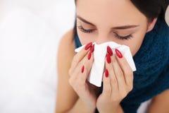 Donna ammalata flu Freddo catturato donna Starnutendo nel tessuto immagine stock