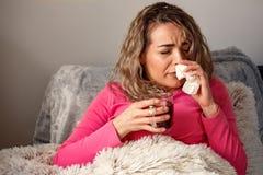 Donna ammalata flu Freddo catturato donna Starnutendo nel tessuto Headac fotografie stock