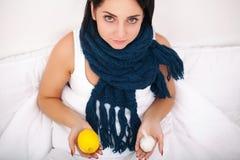 Donna ammalata flu Ragazza con la menzogne fredda nell'ambito di una tenuta generale a immagini stock