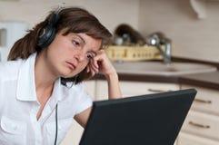 Donna annoiata di affari che lavora nel paese Immagine Stock