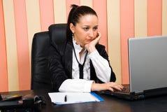 Donna annoiata di affari in ufficio Fotografia Stock Libera da Diritti