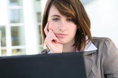Donna annoiata sul computer portatile immagine stock libera da diritti