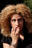 Donna ansiosa che morde le sue unghie Fotografie Stock Libere da Diritti