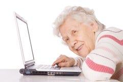 Donna anziana al calcolatore fotografia stock