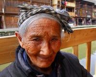 Donna anziana asiatica dalla campagna della Cina, porto del primo piano Fotografia Stock Libera da Diritti