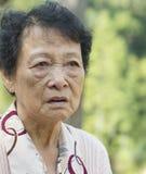 Donna anziana asiatica turbata immagini stock libere da diritti