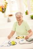 Donna anziana in buona salute che mangia insalata Fotografie Stock Libere da Diritti