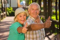 Donna anziana che abbraccia uomo fotografie stock