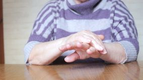Donna anziana che applica crema per le mani video d archivio