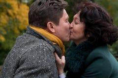 Donna anziana che bacia un uomo anziano usura casuale Amore allineare Fotografie Stock