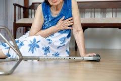 Donna anziana che cade, attacco del focolare fotografia stock libera da diritti