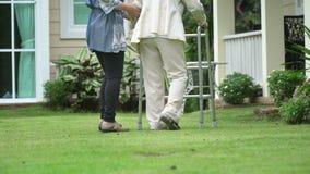 Donna anziana che cammina nel cortile con la figlia