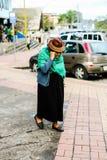 Donna anziana che cammina in via di una città nell'Ecuador Immagini Stock